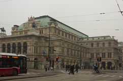 Vista dalla via della costruzione di teatro dell'opera di Vienna Immagine Stock