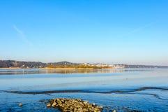 Vista dalle banche del sud del fiume Elba al villaggio di Blankenese Immagini Stock