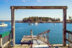 Vista dalle barche di trascuratezza del bacino di pesca in acqua blu fotografie stock libere da diritti