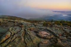 Vista dalle montagne alla baia all'alba con nebbia Fotografie Stock