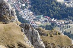 Vista dalle montagne di Bucegi, Romania della città di Busteni Immagini Stock