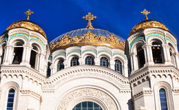 Vista das abóbadas de St Nicholas Naval Cathedral em Kronstadt Imagem de Stock