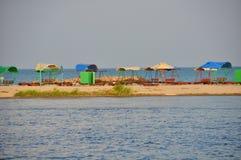 Vista das barracas do sol na praia Fotos de Stock Royalty Free