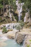 Vista das cachoeiras bonitas em Kuang Si, perto de Luang Prabang, Laos imagens de stock royalty free