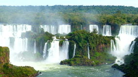 A vista das cachoeiras de foz faz o iguacu em Brasil vídeos de arquivo