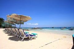 Vista das cadeiras e do guarda-chuva na praia Fotos de Stock