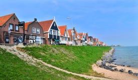 Vista das casas de pesca típicas em Volendam fotografia de stock royalty free