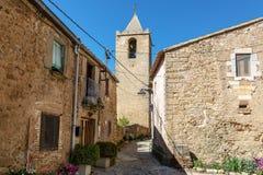 Vista das casas e da torre de sino de pedra medievais Vila Sant-Esteve-de-Guialbes, Espanha Fotos de Stock