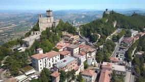 A vista das casas e dos apartamentos em São Marino vídeos de arquivo