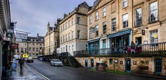 Vista das casas e das lojas Georgian ao longo de George Street no banho, Somerset, Reino Unido imagem de stock