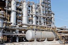 Vista das colunas velhas e da planta química do instrumento para a referência do óleo Imagens de Stock Royalty Free