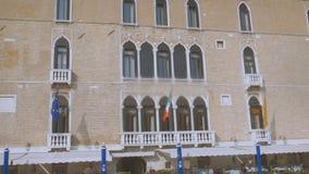 Vista das construções ao longo de Grand Canal da água Veneza Dia ensolarado vídeos de arquivo