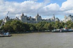 Vista das construções ao longo do rio imagem de stock