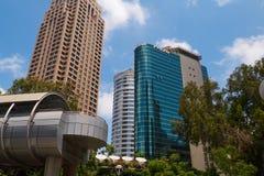 A vista das construções aproxima o jardim Ha-Yahalomim em Tel Aviv, Israel Fotos de Stock