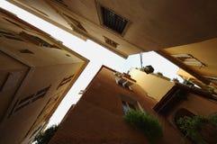 Vista das construções, arquitetura que olha acima Imagens de Stock