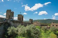 Vista das construções e das árvores de cima das paredes da aldeola de Monteriggioni Imagens de Stock