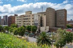 Vista das construções no distrito de Hillbrow na pensão do ` s de Joanesburgo foto de stock