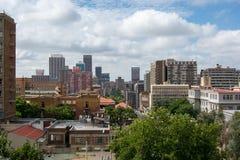 Vista das construções no distrito de Hillbrow na pensão do ` s de Joanesburgo fotos de stock royalty free