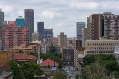 Vista das construções no distrito de Hillbrow na pensão do ` s de Joanesburgo fotos de stock