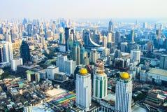 Vista das construções, das ruas e dos arranha-céus da cidade de Banguecoque de uma altura em Tailândia imagens de stock