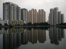Vista das construções sobre o lago Fotografia de Stock Royalty Free