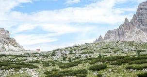 Vista das dolomites, cumes, com refúgio entre os picos rochosos Imagens de Stock Royalty Free