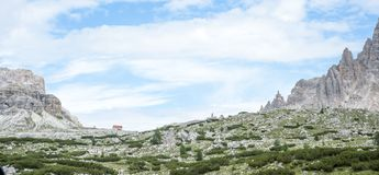 Vista das dolomites, cumes, com refúgio entre os picos rochosos Imagem de Stock