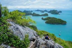 Vista das ilhas e do céu nebuloso do ponto de vista de MU Ko Ang Thong National Marine Park perto de Ko Samui no Golfo da Tailând Fotografia de Stock Royalty Free