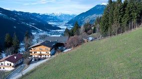 A vista das montanhas ao vale entre as montanhas Foto de Stock Royalty Free