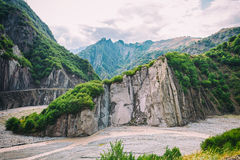 Vista das montanhas Babadag e um yolu enlameado de Girdimanchay Lahij do rio do lado na vila de Lahic, Azerbaijão imagens de stock