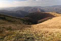 Vista das montanhas Carpathian e das florestas bonitas Dia ensolarado do outono Outono dourado foto de stock