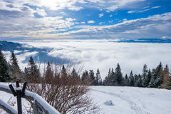 Vista das montanhas com as nuvens acima e abaixo de Imagens de Stock