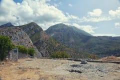 Vista das montanhas da fortaleza antiga na cidade da barra velha, Montenegro verão imagem de stock