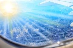 Vista das montanhas de uma janela plana Fotos de Stock Royalty Free
