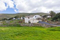 Vista das montanhas e das Ilhas Canárias L de um Fuerteventura da vila Imagem de Stock