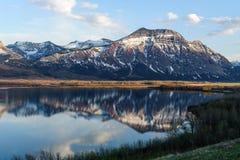 Vista das montanhas e do lago Waterton foto de stock royalty free