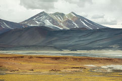 Vista das montanhas e dos calientes das águas ou de sal de Piedras rojas lago na passagem de Sico Fotografia de Stock