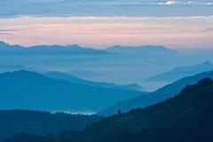 Vista das montanhas em raios do amanhecer de luz, nos Himalayas, parque nacional de Langtang, Nepal Fotografia de Stock