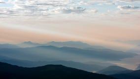 Vista das montanhas em raios do amanhecer de luz, nos Himalayas, parque nacional de Langtang, Nepal Imagens de Stock