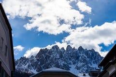 Vista das montanhas entre construções fotografia de stock royalty free