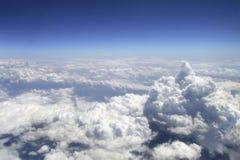 Vista das nuvens da elevação acima no céu Fotos de Stock Royalty Free