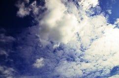 Vista das nuvens em um céu azul imagem de stock royalty free