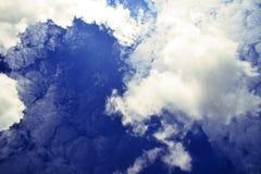 Vista das nuvens em um céu azul foto de stock