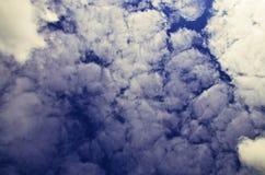 Vista das nuvens em um céu azul fotografia de stock