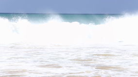 Vista das ondas que deixam de funcionar no Sandy Beach da praia video estoque