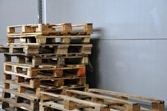 A vista das páletes, recipientes usados, caixas de madeira é instalada fotografia de stock royalty free
