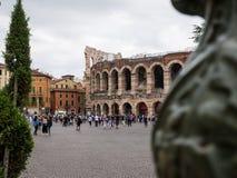 Vista das paredes da arena de Verona atrás de um poste de luz do anfiteatro claro, romano, agora teatro para desempenhos da ópera imagem de stock royalty free