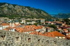 Vista das paredes impressionantes da cidade de Kotor, Montenegro fotos de stock