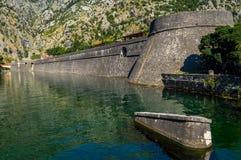 Vista das paredes impressionantes da cidade de Kotor, Montenegro fotografia de stock