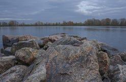 Vista das pedras e do rio Fotos de Stock